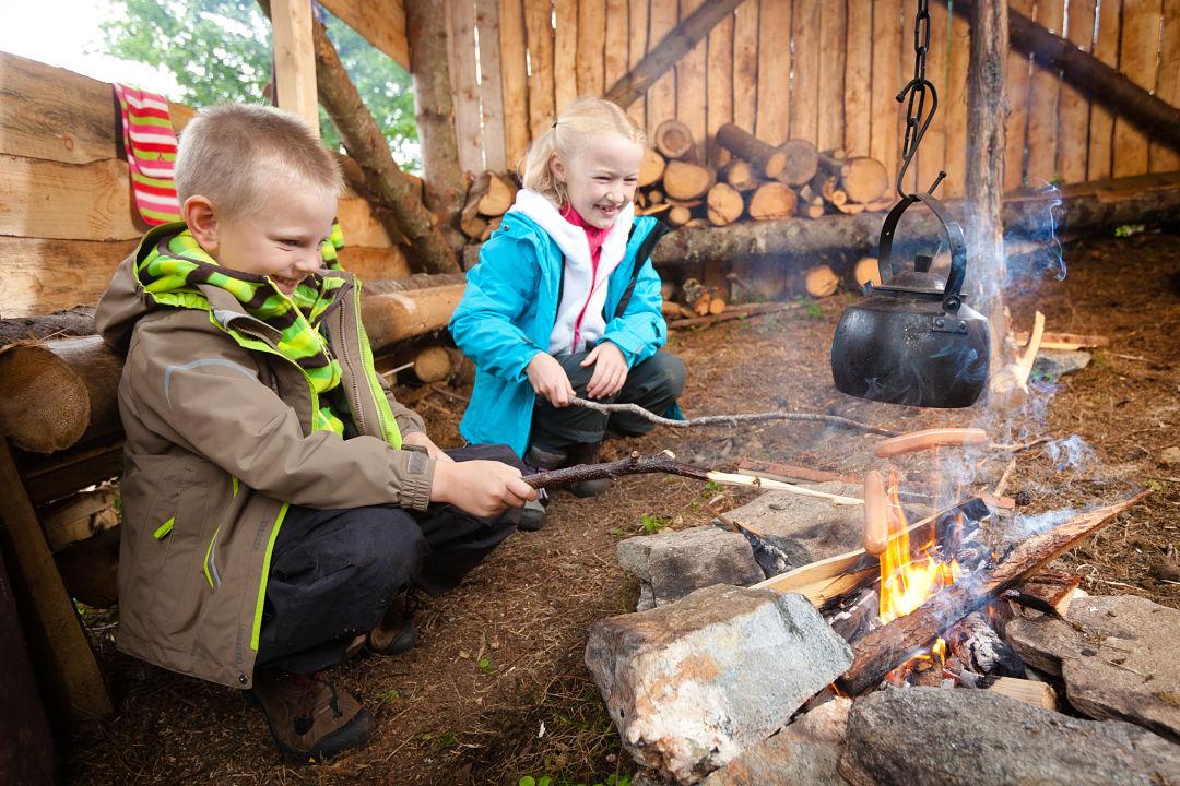 Grilling saucages, Nordfjord (photo: Martin Hogeboom)